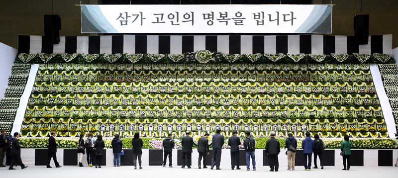[Gyeonggi Sewol Countermeasures Headquarters] Visitors line up at group memorial altar이미지