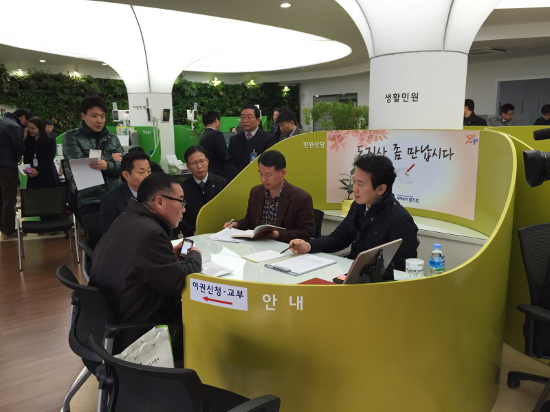 Governor always open to suggestions from residents이미지